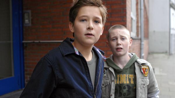 Laurenz (Tim Tiedemann) und Karol (Moritz Glaser) suchen nach ihrer Klassenkameradin Thérèse. | Rechte: NDR/Romano Ruhnau