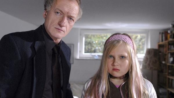 Rektor Mold (Falk Rockstroh) ist entsetzt. Seine Tochter Pia (Laura Baade) hat ihre Mitschülerin Thérèse erpresst. | Rechte: NDR/Romano Ruhnau