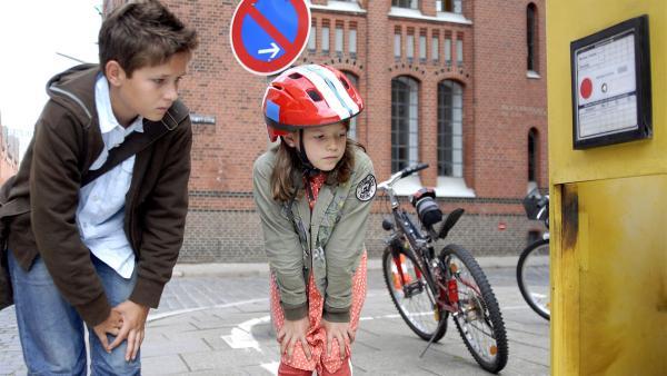 Laurenz (Tim Tiedemann) und Marie (Nina Flynn) betrachten einen gesprengten Briefkasten aus nächster Nähe. | Rechte: NDR/Romano Ruhnau