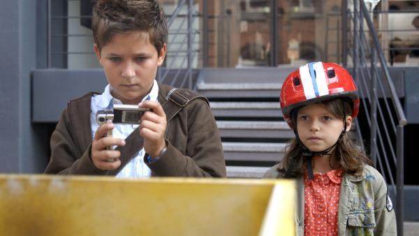 Laurenz (Tim Tiedemann) und Marie (Nina Flynn) untersuchen einen gesprengten Briefkasten. Wer steckt hinter den Bombenlegern? | Rechte: NDR/Romano Ruhnau