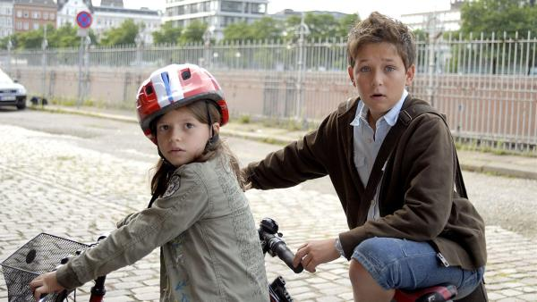 Marie (Nina Flynn) und Laurenz (Tim Tiedemann) sind geschockt: In der Speicherstadt treiben Vandalen, die Postkästen in die Luft jagen, ihr Unwesen. | Rechte: NDR/Romano Ruhnau