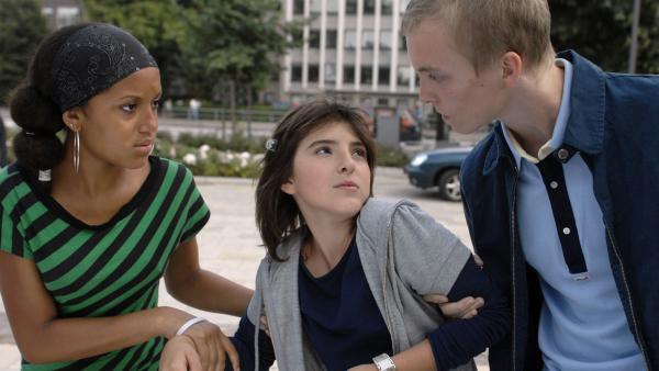 Yeliz (Mira Lieb, Mitte) und ihre Freundin Thérése (Maimouna Jammeh, li.) werden von dem Neonazi Klaas (Vincent Heppner) auf offener Straße bedrängt. | Rechte: NDR/Romano Ruhnau