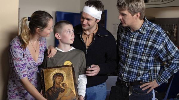 Karol (Moritz Glaser) ist nicht glücklich über das Geschenk seines Onkels Pawel (Martin Becker, 2. v. rechts). Seine Eltern Janina (Katerian Poladjan, li) und Tadeusz (Marek Gierszal) sind skeptisch. | Rechte: NDR/Romano Ruhnau