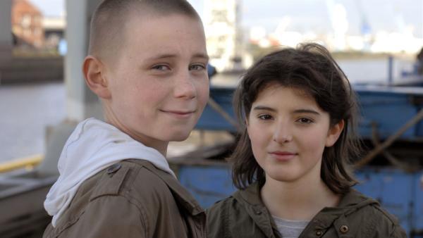 Karol (Moritz Glaser, li.) und Yeliz (Mira Lieb) sind endlich ein Paar. | Rechte: NDR/Romano Ruhnau