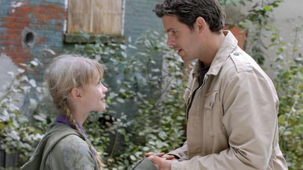 Lilly (Laura Gabriel) und ihr Vater Roman (Steffen Groth) versöhnen sich. | Rechte: NDR/Romano Ruhnau