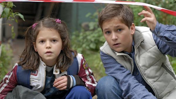 Marie (Nina Flynn) und Laurenz (Tim Tiedemann) suchen Lilly. | Rechte: NDR/Romano Ruhnau