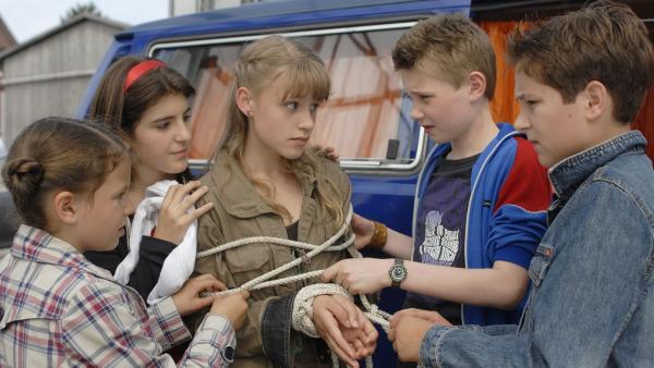 Lilly (Laura Gabriel) wird von den anderen Pfefferkörner befreit (Tim Tiedemann, Moritz Glaser, Mira Lieb, Nina Flynn). | Rechte: NDR/Romano Ruhnau