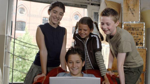 Gemeinsam versuchen die Pfefferkörner herauszufinden, wer heimlich an Yeliz' Computer gearbeitet hat. | Rechte: NDR/Romano Ruhnau