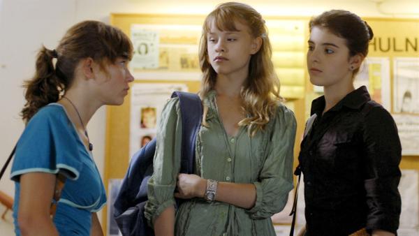 Yeliz (rechts) mischt sich in einen Fall von Mobbing in ihrer Schule ein und steht plötzlich selbst als Schuldige dar . | Rechte: NDR/Romano Ruhnau