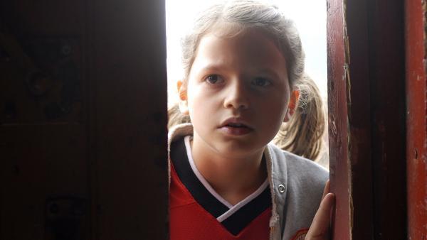 Marie (Nina Flynn) will unbedingt wissen, wer das Vereinsheim angezündet hat. | Rechte: NDR/Romano Ruhnau
