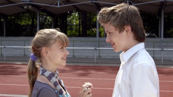 Lilly (Laura Gabriel) verliebt sich in Maries Fußballtrainer Max (Jannik Schümann). | Rechte: NDR/Romano Ruhnau