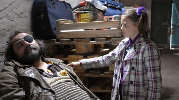 Marie (Nina Flynn) findet im Schuppen der Krogmanns den bewusstlosen Ottsche (Matthias Brenner). | Rechte: NDR/Romano Ruhnau