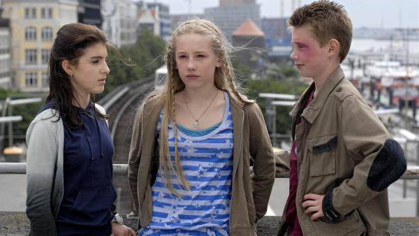 Yeliz (Mira Lieb, links) und Karol (Moritz Glaser, rechts) wollen von Anna  (Lotte Flack, Mitte) wissen, warum sie gestohlen hat. | Rechte: NDR/Romano Ruhnau