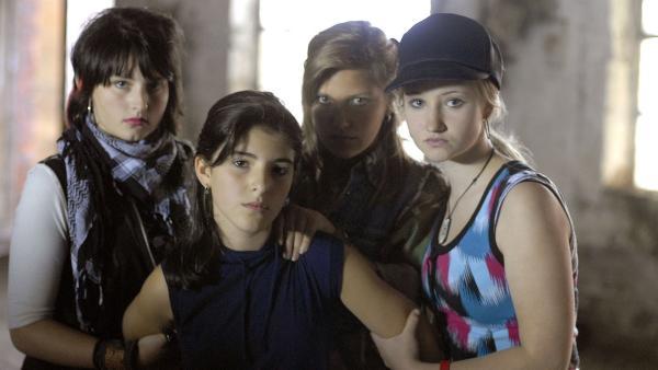 Yeliz (Mira Lieb, Mitte) ist in der Gewalt einer Mädchengang (Shari Gosal, Tabea Russ, Gina Bähring, v.l.). | Rechte: NDR/Romano Ruhnau