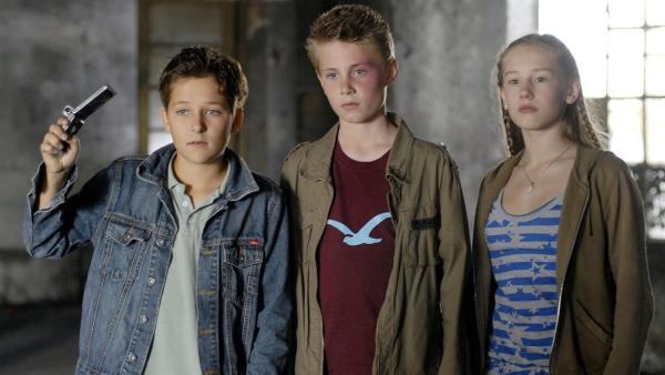 Laurenz, Karol und Anna (Tim Tiedemann, Moritz Glaser und Lotte Flack, v.l.) wollen sich nichts von der Mädchengang gefallen lassen. | Rechte: NDR/Romano Ruhnau