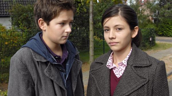 Laurenz (Tim Tiedemann) hat ein Auge auf die hübsche Zarina (Ronja Kasemi) geworfen. | Rechte: NDR/Romano Ruhnau