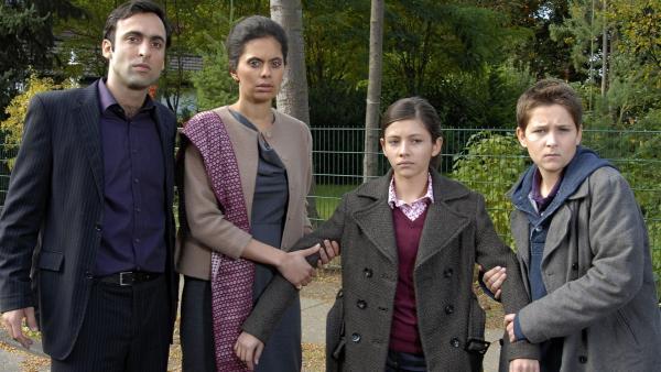 Laurenz (Tim Tiedemann) möchte nicht, dass Zarina (Ronja Kasemi) von ihren Eltern Tarik und Ayesha (Patrick Khatami, Neelesha Bavora, v.l.) in Pakistan zwangsverheiratet wird. | Rechte: NDR/Romano Ruhnau