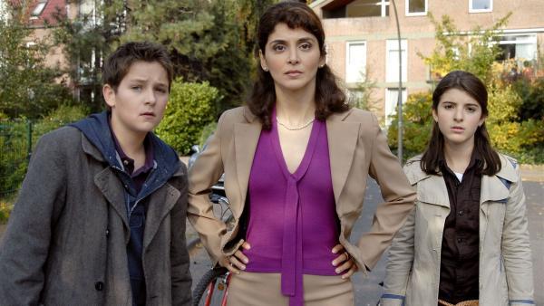 Laurenz (Tim Tiedemann), Yeliz (Mira Lieb) und ihre Mutter Hatice (Sascha Ö. Soydan, Mitte) wollen Zarinas Zwangsheirat verhindern. | Rechte: NDR/Romano Ruhnau