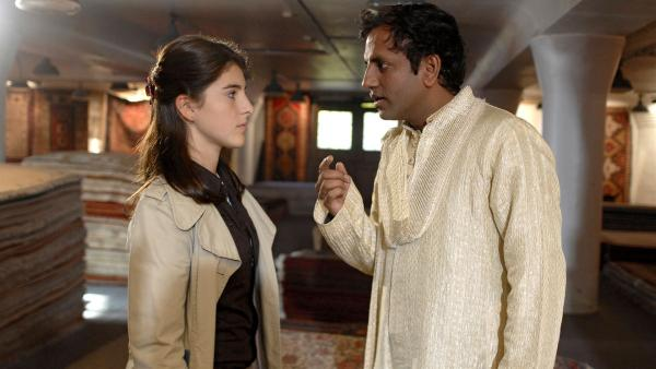 Yeliz (Mira Lieb) recherchiert bei einem pakistanischen Teppichhändler (Prashant Prabhakar) Zarinas Geheimnis. | Rechte: NDR/Romano Ruhnau