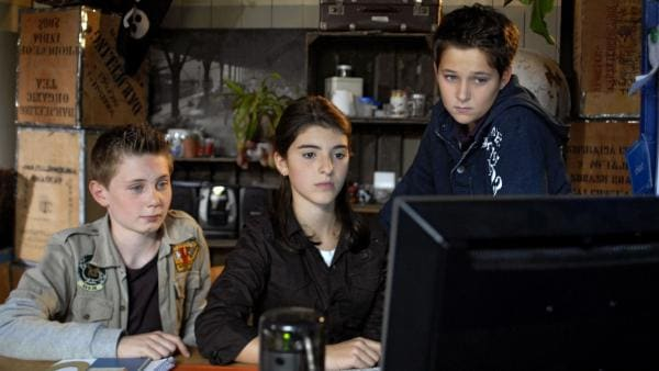 Die Pfefferkörner Karol (Moritz Jahn), Yeliz (Mira Lieb) und Laurenz (Tim Tiedemann) recherchieren im Internet konzentriert zum Thema Zwangsheirat. | Rechte: NDR/Romano Ruhnau