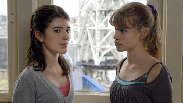 Yeliz (Mira Lieb, li.) und Lilly (Laura Gabriel, re.) machen sich Sorgen wegen der Tiere. | Rechte: NDR/Romano Ruhnau