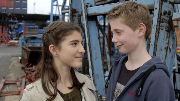 Yeliz (Mira Lieb) und Karol (Moritz Glaser) versöhnen sich. | Rechte: NDR/Romano Ruhnau