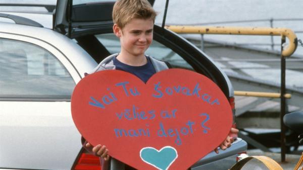 Fiete (Julian Paeth) überrascht Natascha mit einer Aufforderung zum Tanz, auf Lettisch! | Rechte: NDR/Baernd Fraatz
