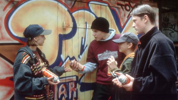 Die 13-jährige Sprayerin Anka (Kira Mihm, li.) hat Streit mit Mike (Frederic Bock), One (Leon Alexander Kersten) und Toystar (Hendrik Gehrke) aus ihrer Graffiti-Crew. Ihr wird vorgeworfen, entgegen der Abmachung, im Alleingang den Findling an der Elbe besprayt zu haben. | Rechte: NDR/Baernd Fraatz