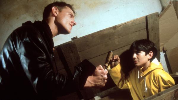 Jens (Andreas Schwankl) bedroht Cem (Ihsan Ay). Wehe, er verrät ihn! | Rechte: NDR/Boris Laewen