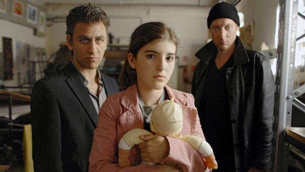 Yeliz (Mira Lieb) in der Gewalt von zwei Gangstern (Cem-Ali Gültekin, li. und Tobias Blum, re.) | Rechte: NDR/Romano Ruhnau