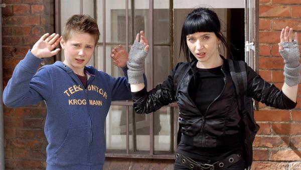 Karol (Moritz Glaser) und die Trickdiebin Fabienne (Olivia Gräser) werden überwältigt. | Rechte: NDR/Romano Ruhnau