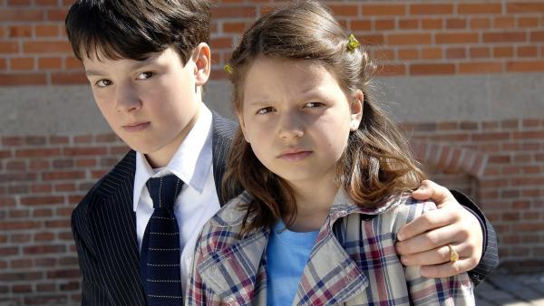 Marie (Nina Flynn) findet einen Jungen (Niklas Fastrich), der seinen Namen nicht mehr weiß. | Rechte: NDR/Romano Ruhnau