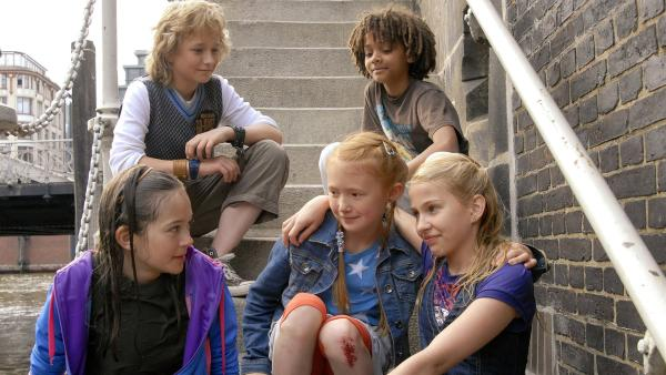 Untere Reihe v.l.: Lina (Lale H. Mann), Emma (Aurelia Stern) und Sophie (Katherina Unger) Obere Reiche v.l: Rasmus (Julian Winterbach) und Themba (Coco Nima) | Rechte: NDR/Romano Ruhnau