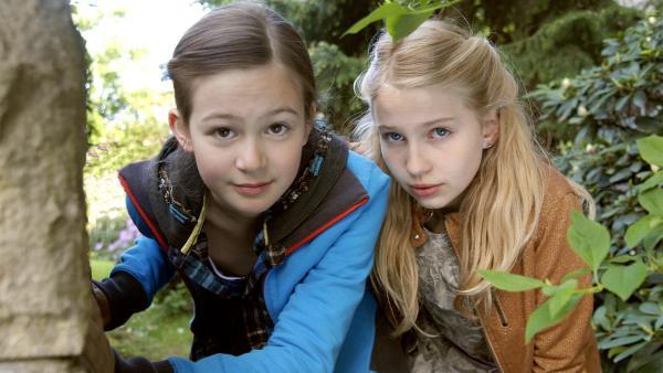 Lina (Lale H. Mann, li.) und Sophie (Katherina Unger, re.) passen auf. | Rechte: NDR/Romano Ruhnau