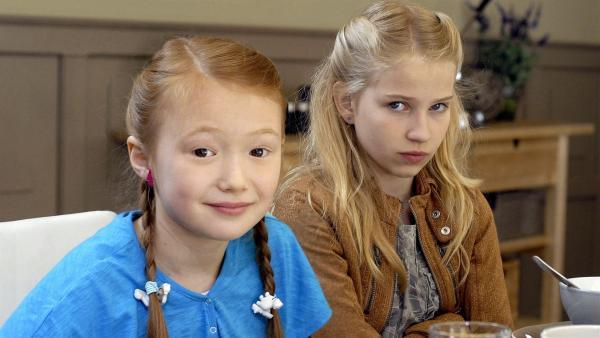 Die Schwestern Emma (Aurelia Franz, li.) und Sophie (Katherina Unger, re.) sind nicht immer einer Meinung.   Rechte: NDR/Romano Ruhnau