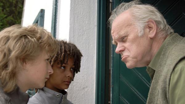 Rasmus (Julian Winterbach, li.) und Themba (Coco Nima) haben Nachbar Meyer (Peter Franke, re.) unter Verdacht.   Rechte: NDR/Romano Ruhnau