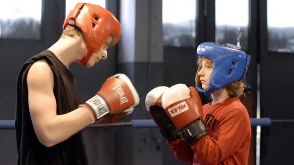 Rasmus (Julian Winterbach, re.) kämpft mit Alex (Christopher Schacht). | Rechte: NDR/Romano Ruhnau