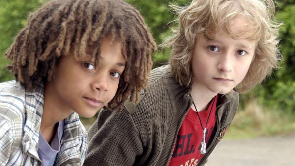 Themba (Coco Nima, li.) und Rasmus (Julian Winterbach, re.) sind wachsam.   Rechte: NDR/Romano Ruhnau