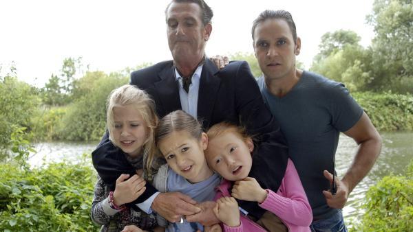 v.li.: Sophie (Katherina Unger), Lina (Lale H. Mann) und Emma (Aurelia Stern) in der Gewalt von zwei Gangstern (Kai Maertens, Atef Vogel).   Rechte: NDR/Romano Ruhnau