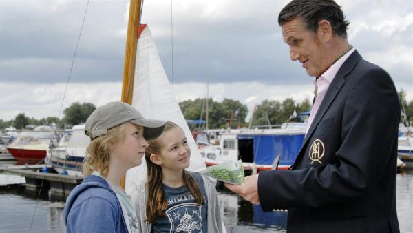 Rasmus (Julian Winterbach) und Lina (Lale H. Mann) sind skeptisch, als Ihnen ein zwielichtiger Geschäftsmann (Kai Maertens) ihr Boot abkaufen will. | Rechte: NDR/Romano Ruhnau