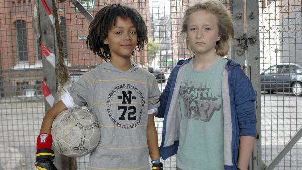 Themba (Coco Nima, li.) und Rasmus (Julian Winterbach) machen ein Elfmeterschießen um die Gunst von Sophie.   Rechte: NDR/Romano Ruhnau