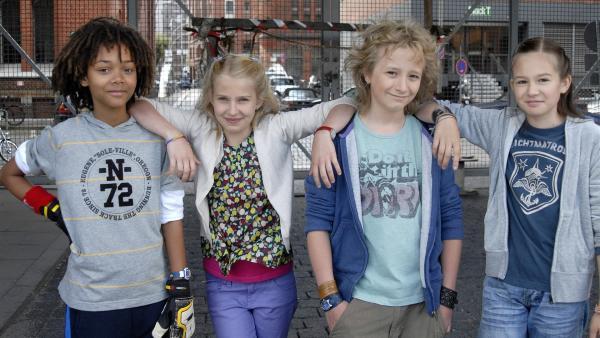 Die Pfefferkörner halten zusammen. V.li.: Themba (Coco Nima), Sophie (Katherina Unger, li.), Rasmus (Julian Winterbach, Mitte) und Lina (Lale H. Mann, re.)   Rechte: NDR/Romano Ruhnau