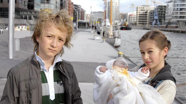 Rasmus (Julian Winterbach, li.) und Lina (Lale H. Mann) haben das Baby gerettet. | Rechte: NDR/Romano Ruhnau