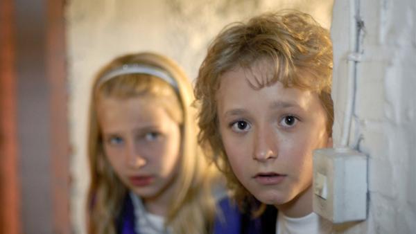 Rasmus (Julian Winterbach, vorn) und Sophie (Katherina Unger) sind auf der Hut. | Rechte: NDR/Romano Ruhnau