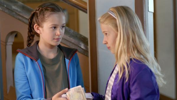 Die Pfefferkörner Lina (Lale H. Mann, li.) und Sophie (Katherina Unger) wollen es dem Kredithai an der Schule zeigen. | Rechte: NDR/Romano Ruhnau