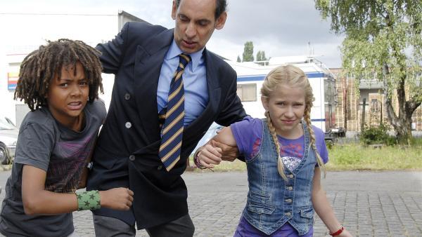 Themba (Coco Nima, li.) und Sophie (Katherina Unger) in der Gewalt des skrupellosen Sicherheits-Chefs (Udo Jolly). | Rechte: NDR/Romano Ruhnau