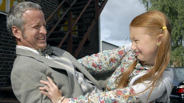 Emma (Aurelia Stern, re.) kämpft mit dem verbrecherischen Dr. Krantz (Felix Bresser). | Rechte: NDR/Romano Ruhnau