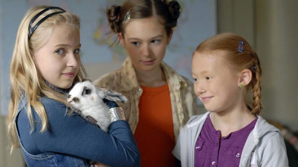 Sophie (Katherina Unger, li.), Lina (Lale H. Mann) und Emma (Aurelia Stern, re.) freuen sich über das gerettete Kaninchen. | Rechte: NDR/Romano Ruhnau