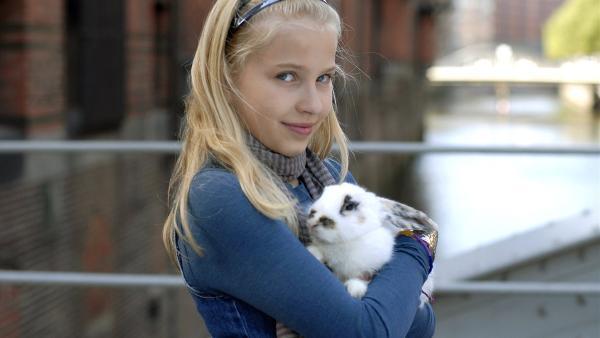 Sophie (Katherina Unger) will ein Kaninchen retten, das aus dem Versuchslabor entwischt ist. | Rechte: NDR/Romano Ruhnau