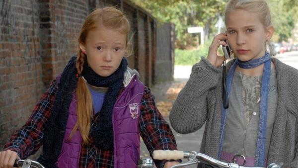 Emma (Aurelia Stern, li.) und Sophie (Katherina Unger) bekommen schlechte Nachrichten. | Rechte: NDR/Romano Ruhnau